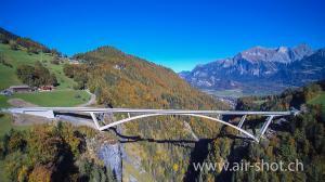 Luftaufnahmen der Taminabrücke Baustelle an einem wunderschönen Herbsttag.