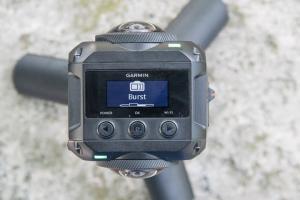 Diese 360-Grad Video Kamera ist die erste ihrer Art. Sie ist bis 10m wasserdicht und nimmt Fotos und Videos mit hoher Auflösung in 360 Grad auf.